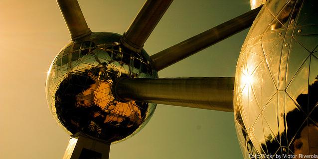 El reflejo naranja en el Atomium de Bruselas