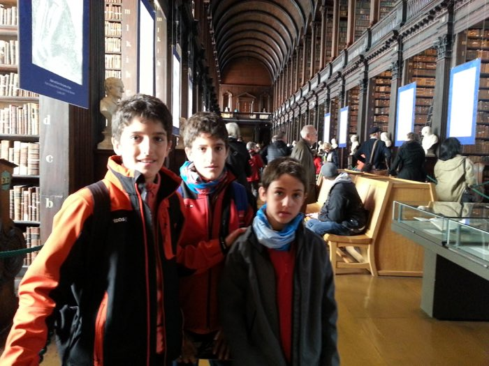 Els nens a la bibioteca del Trinity College