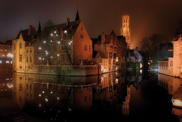 La ciudad de Brujas por la noche iluminada para la Navidad