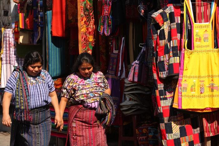 Dos mujeres mayas en el mercado de Chichicastenango