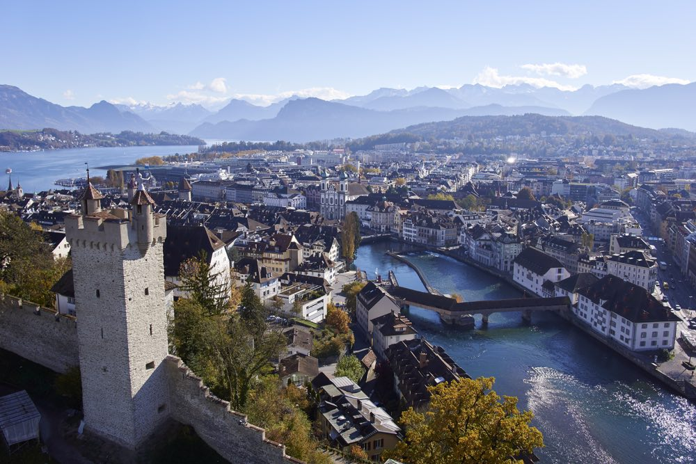 La muralla de Lucerna y una de las torres en primer plano