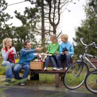 Una familia descansando de su viaje en bici con niños por Flandes