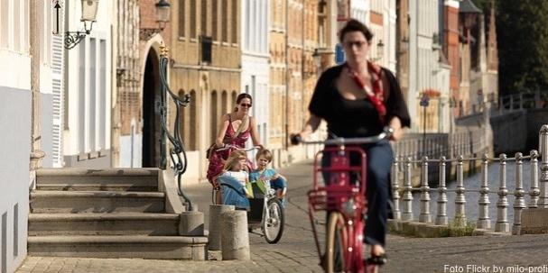 Dos niños por Flandes con la bici de su mamá
