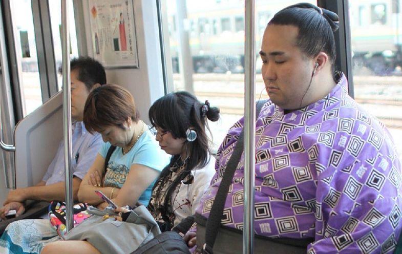 en tu viaje a japon, verás gente durmiendo en los trenes