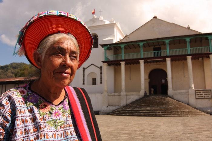 Mujer maya en el lago Atitlán