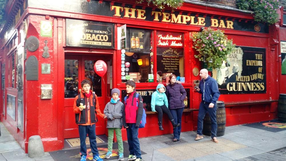 Parada en el Temple Bar en una visita de 4 dias a Irlanda