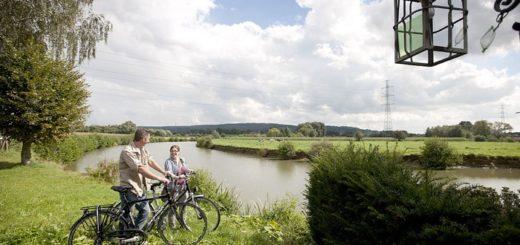 Una pareja haciendo una ruta en bici por Flandes