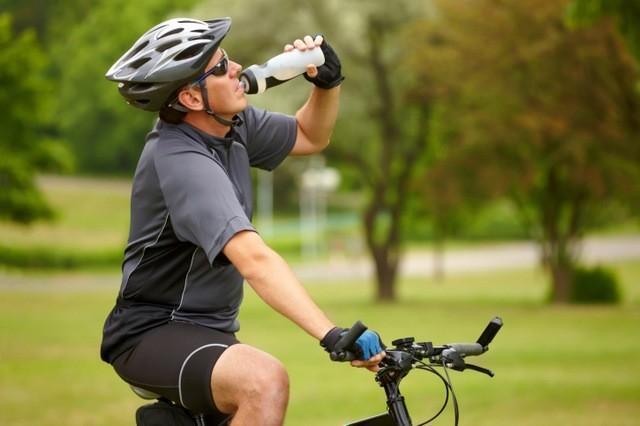 bebiendo en bici