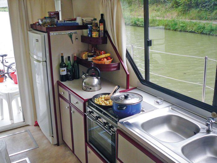 Cocina equipada en un barco fluvial