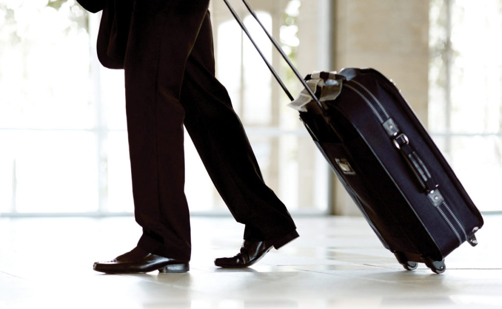 Persona viajando con maleta en mano