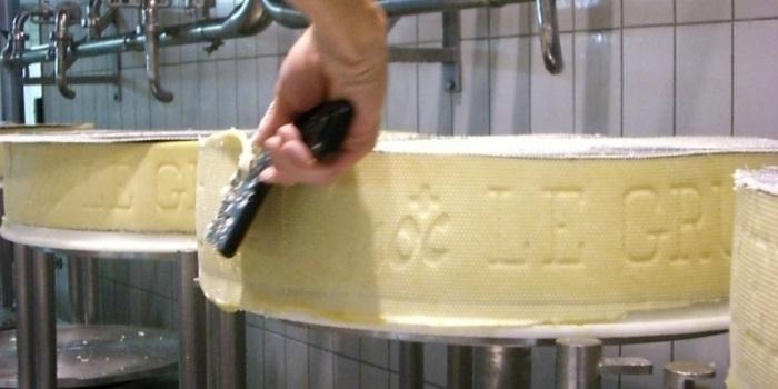 Una de las últimas fases al hacer el queso de Gruyere
