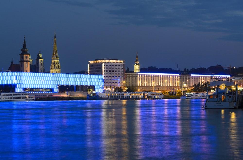 Vista noctura de Linz junto al Danubio