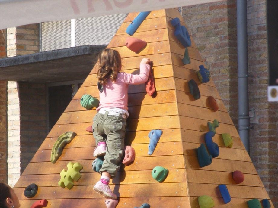 Una niña en el rocódromo de la feria de la montaña de vic