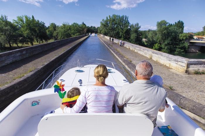 Cruzando un canal en barco fluvial