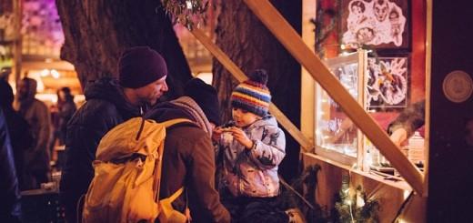 Comprar por la noche es una forma divertida de adquirir los regalos que necesitamos para estas fiestas