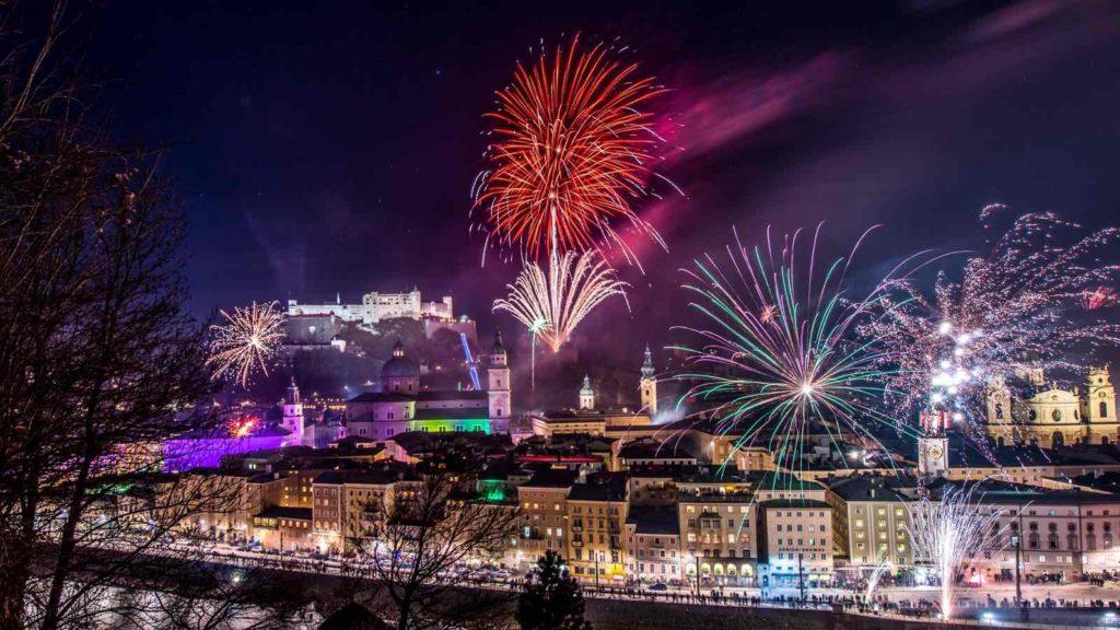 Salzburgo iluminada con las luces de Navidad
